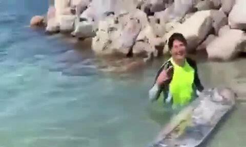 Cá mái chèo dài 3 m dạt vào bờ biển